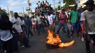 Haitianos hacen huelga en RD: Impiden paso por carretera internacional en Dajabon