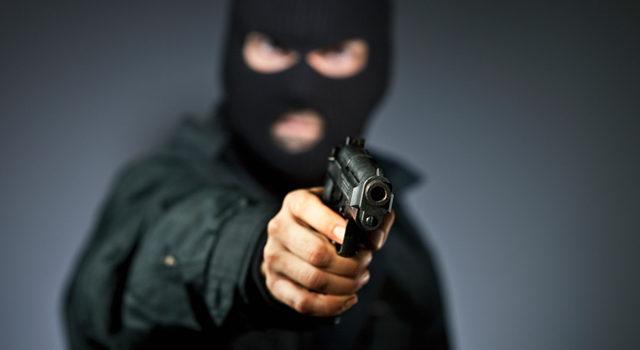 Hombre encapuchado y con pistola en mano hiere a dos personas en San Juan