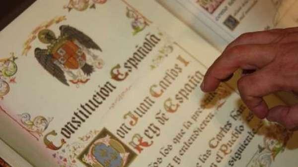 Quitan nacionalidad a un hombre que no pudo jurar la Constitución al no saber español