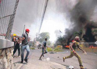 Haitianos incendian autobus de Emigracion y golpean severamente a sus agentes VIDEO