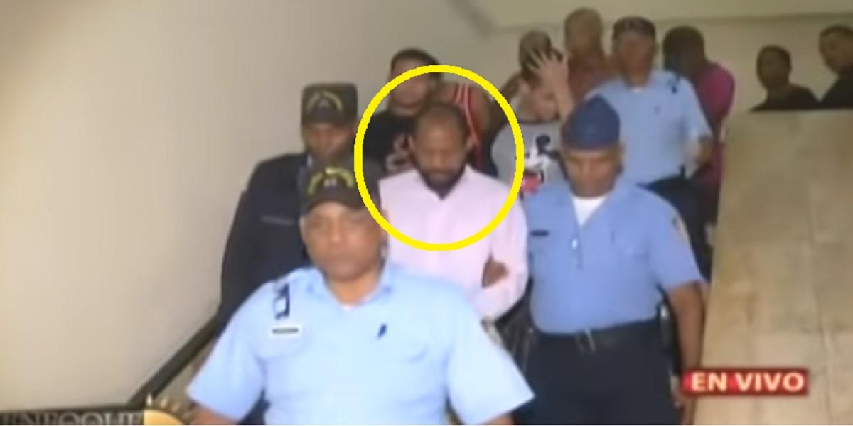 Photo of Aquí llevan detenido al comunicador Pablo Ross. Cheque como era que disque le decía a la muchachita.
