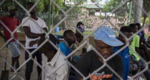 """""""Me llevan ahora y me sueltan horita"""": Haitianos confiensan que con 2 mil pesos Emigracion los suelta"""