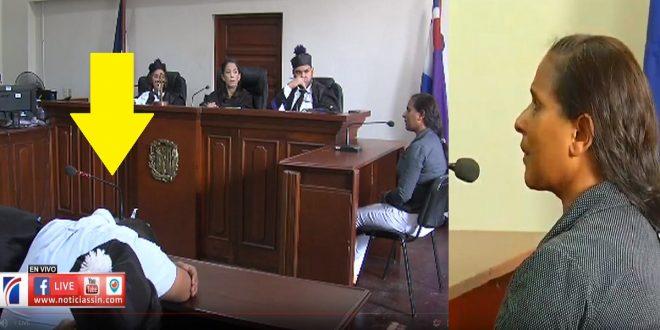 Marlon no aguanta y pone su cabeza encima de la mesa mientras la madre de Emely habla.
