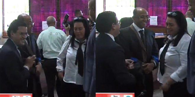 La cherchita de los abogados contrincantes antes de iniciar el juicio.