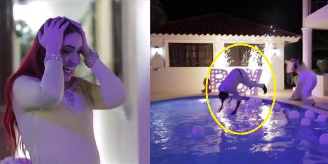 Cuando Karen y Edwin se enteraron del sexó del bebé, este se lanzó a la piscina con todo y ropa