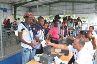 Photo of Mas plazo!! Haitianos acuden en masa a buscar carné; Migración extiende plazo