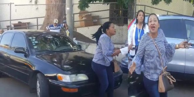 Photo of Madre desesperada se le atravieza delante del carro a su hijo, quien acelera y dice que se va para quitarse la vida.