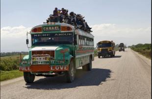 Caravanas de guaguas haitianas traen a miles de haitianos ilegales a RD en dia de Año Nuevo VIDEO
