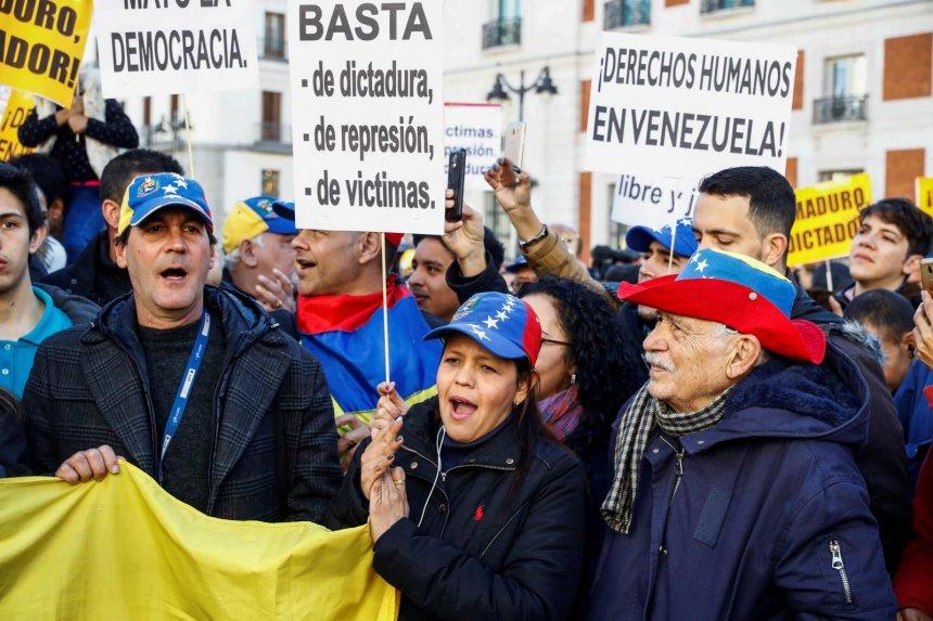 """Photo of Un centenar de venezolanos repudian al """"usurpador"""" Maduro en Madrid"""
