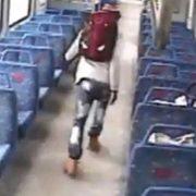 Corre desesperadamente tras el tren después de dejar a su bebé solo para fumar un cigarro
