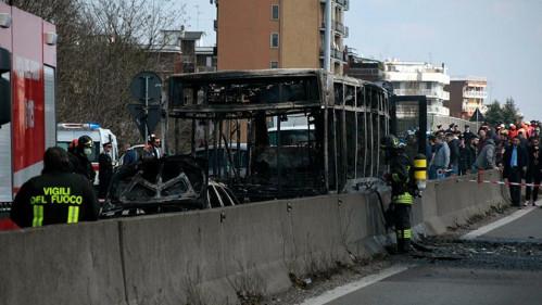 Condutor secuestra autobús con 51 estudiantes en Italia