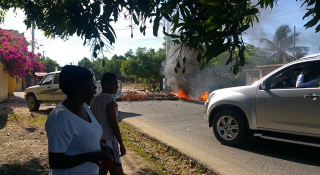 Photo of En Dajabón demandan agua potable incendiando neumáticos en calles