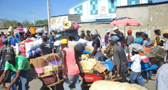 Photo of Dominicanos destrozan mercado haitiano y agreden a miembros de Cesfront tras asesinato de criollo