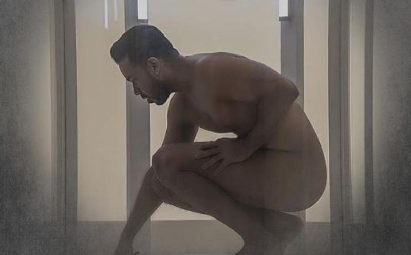 Photo of Con una foto al desnudo Romeo anuncia su más reciente sencillo