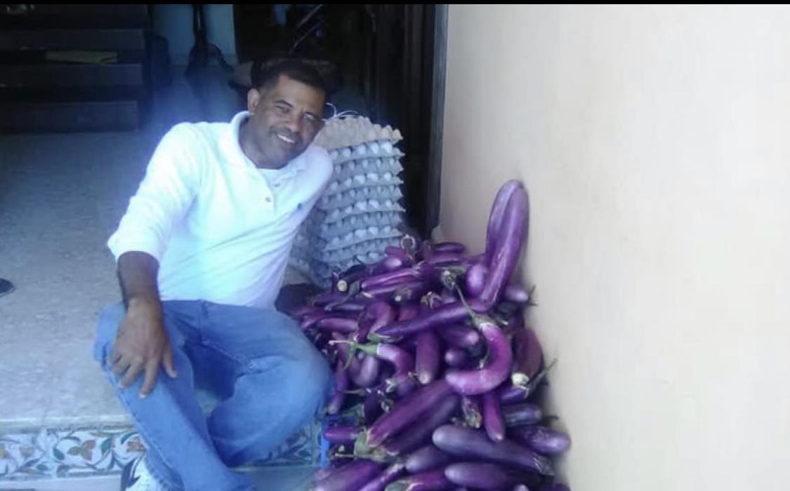 Photo of Aspirante a Diputado PLD regala huevos y berenjenas por motivo de Semana Santa