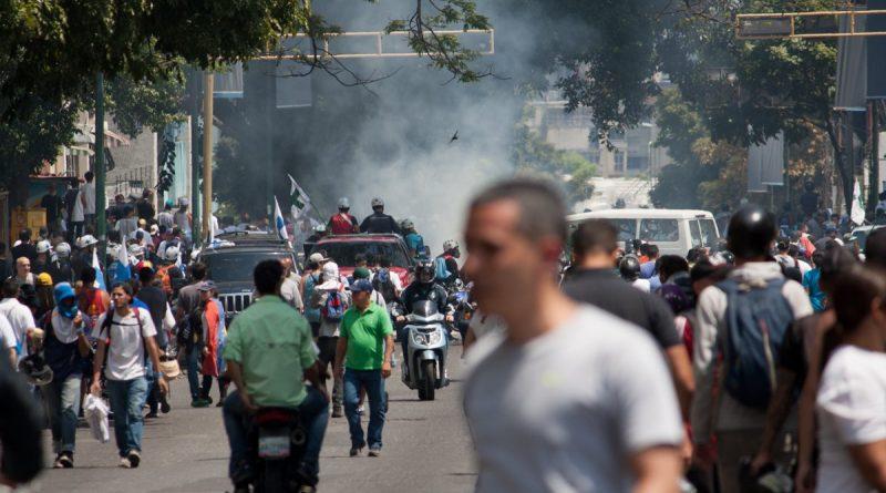 Photo of Al menos 69 heridos en protestas de Caracas tras intento levantamiento contra Maduro