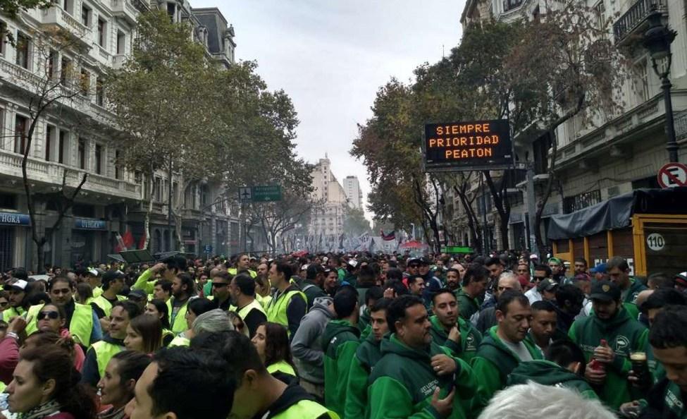 Photo of Protestas contra Macri en capital Argentina matizan el martes de paro por 24 horas