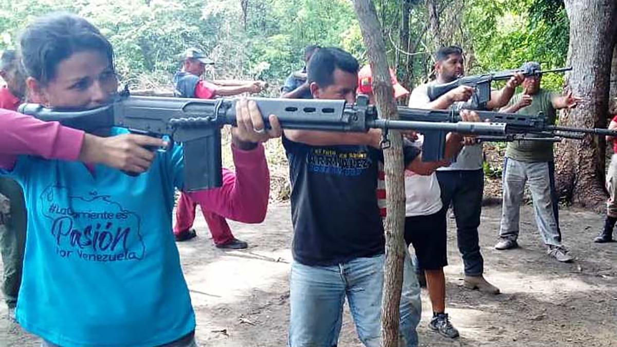 Photo of Así entrena el chavismos a civiles en el manejo de armas en la frontera entre Venezuela y Colombia
