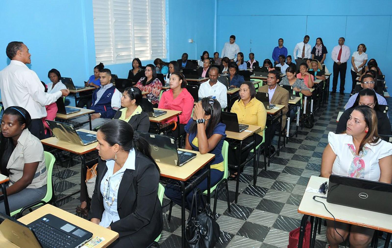 Photo of Educación tiene 10 mil plazas vacantes para 50 mil maestros que solicitan empleo