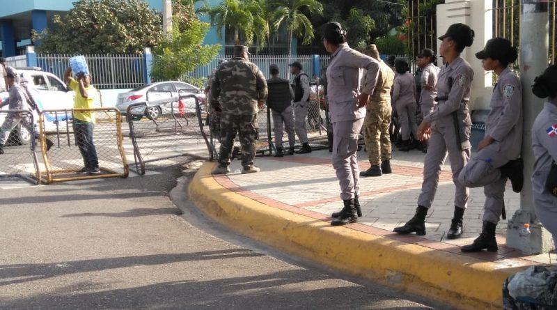Photo of Tropas policiales vuelven a cerrar perímetro Congreso Nacional ante anuncio de acto de Leonel