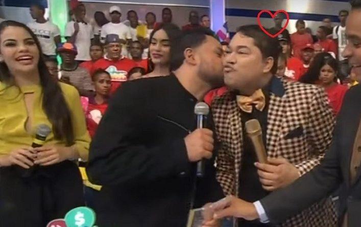 Photo of Manny Manuel le pidió un beso a El Pachá, y este acepto
