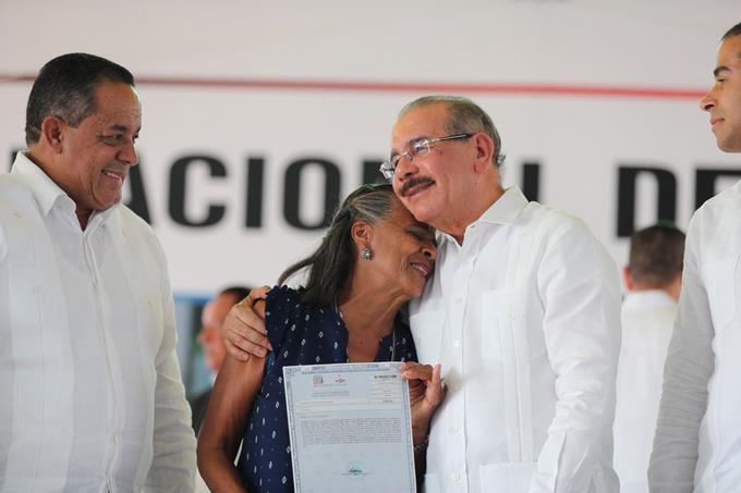 Photo of MEDINA ENTREGA 1,591 TÍTULOS A PARCELEROS