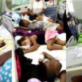 En hospital Arturo Grullón ponen 5 niños enfermos en la misma camilla