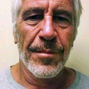 Autopsia del financiero Jeffrey Epstein reveló fracturas en su cuello