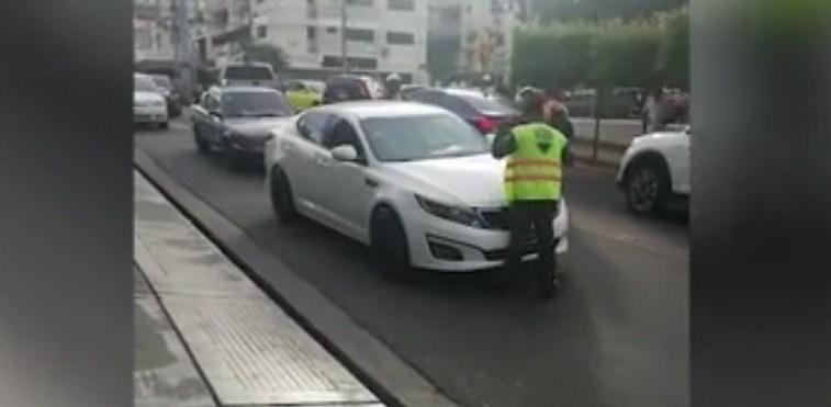 Photo of Conductor casi atropella agente de la Digesett al tratar de huir