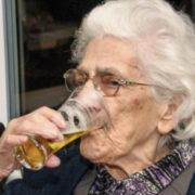 Mujer de 96 años bebe de 12 a 20 cervezas al día (Con la aprobación de su médico).