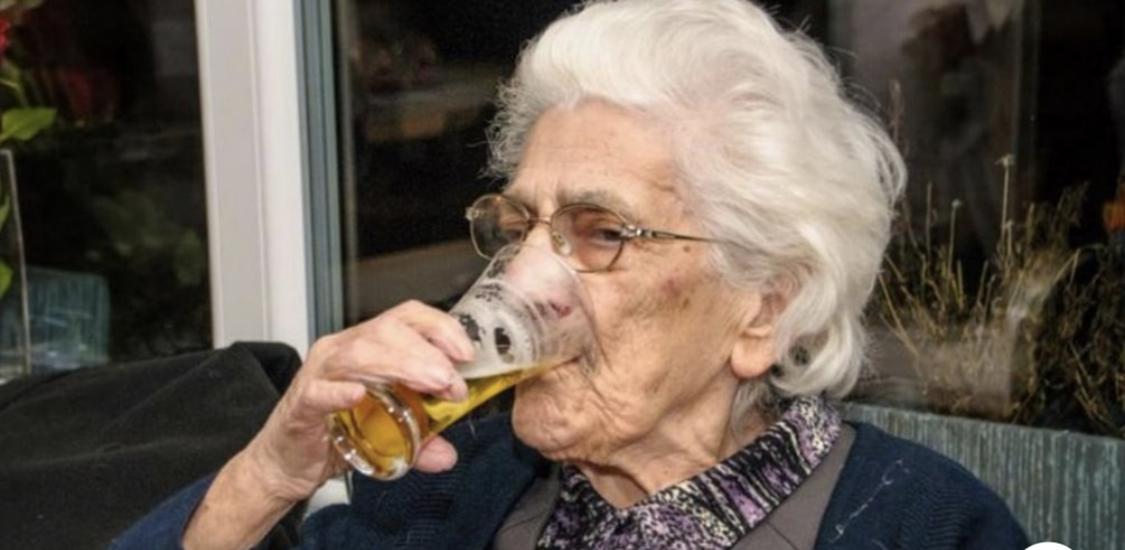 Photo of Mujer de 96 años bebe de 12 a 20 cervezas al día (Con la aprobación de su médico).