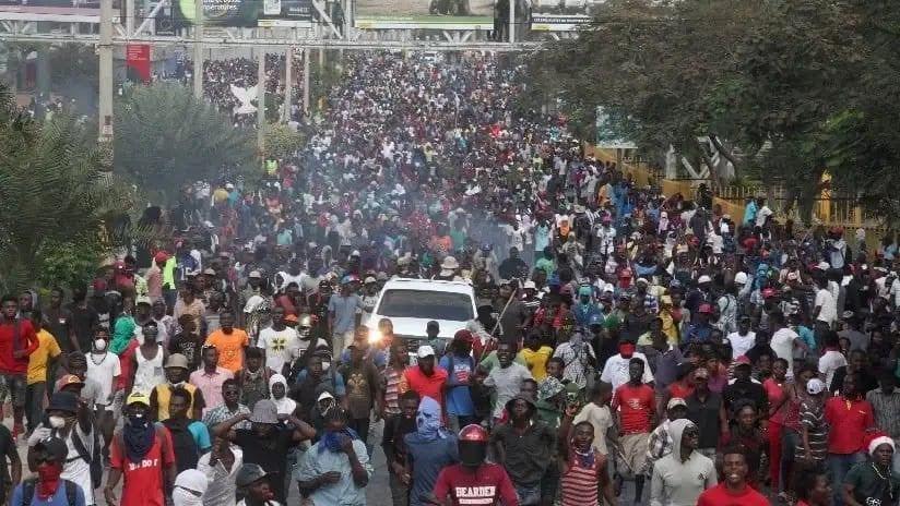 Photo of Miles marchan violentamente en Haití hacia la residencia del presidente