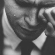 Cuando un hombre llora por el amor de una mujer