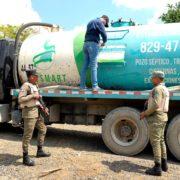 Por video viral en redes cierran empresa cuyo camión lanzó desechos de pozo séptico en río Jacagua