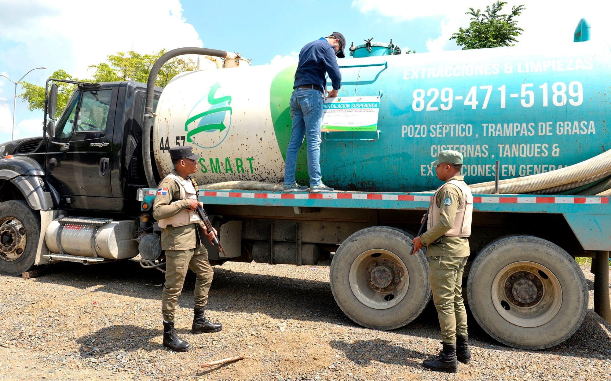 Photo of Por video viral en redes cierran empresa cuyo camión lanzó desechos de pozo séptico en río Jacagua