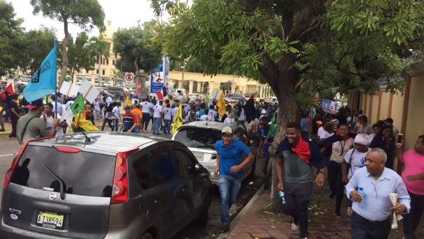 Photo of Tres empleados de la UASD y un policía heridos protesta frente al Palacio