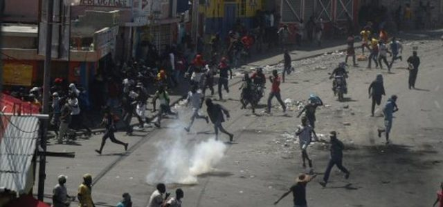 Photo of Diplomáticos se reúnen con opositores en Haití mientras siguen las protestas