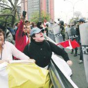 Miles desafían al gobierno en Quito