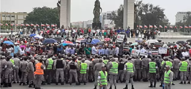Decenas de seguidores de Leonel Fernández protestan frente a la JCE