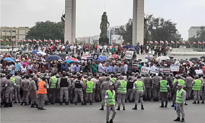 Photo of Decenas de seguidores de Leonel Fernández protestan frente a la JCE