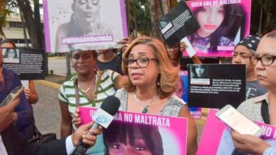 Photo of Santiagueras realizan plantón contra la violencia de género