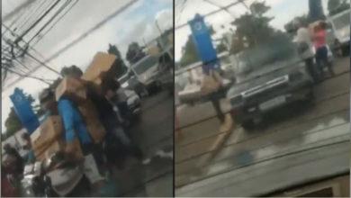 Photo of Multitud se lleva cajas navideña de una camioneta