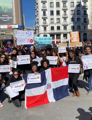 Dominicanos se manifiestan en España en contra de la suspensión de las elecciones