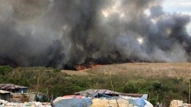 Photo of Miembros de la Unidad Humanitaria y de Rescate (UHR) del EjercitoRD, trabajan en la extinción de un incendio que ocurre en el Vertedero de Duquesa
