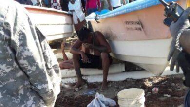 Photo of Rescatan en alta mar nueve personas y buscan otras cuatro luego que embarcación ilegal zozobrara